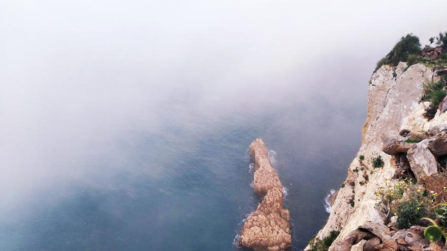 La niebla trepa por los acantilados del Cap de la Nau de Xàbia