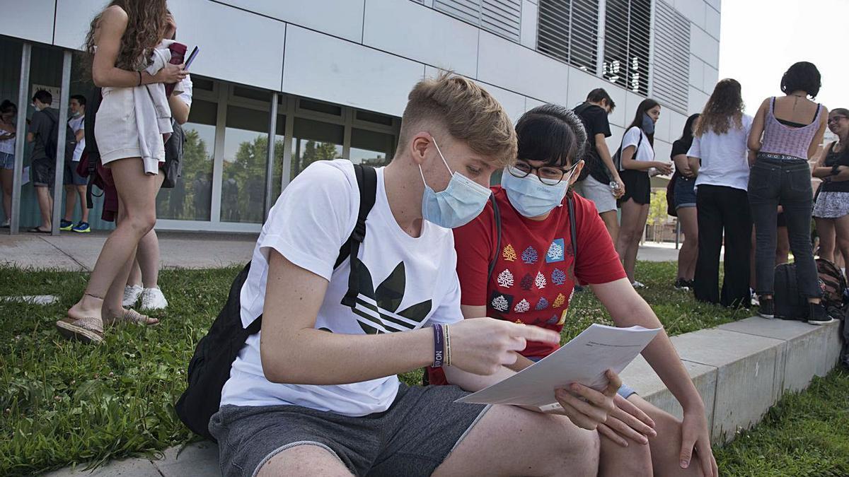 Dos estudiants repassant les preguntes d'una prova en l'edició de l'any passat de la PAU  | ARXIU/MIREIA ARSO