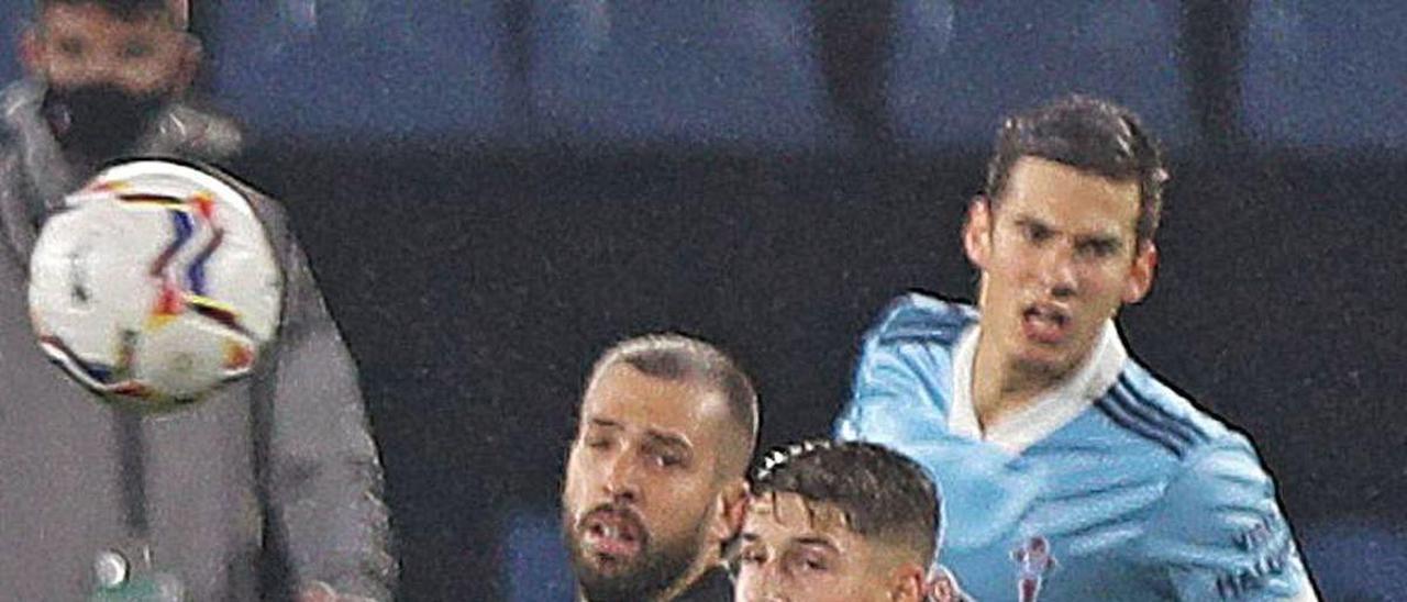Miguel Baeza marca a Jordi Alba en el duelo contra el Barcelona.