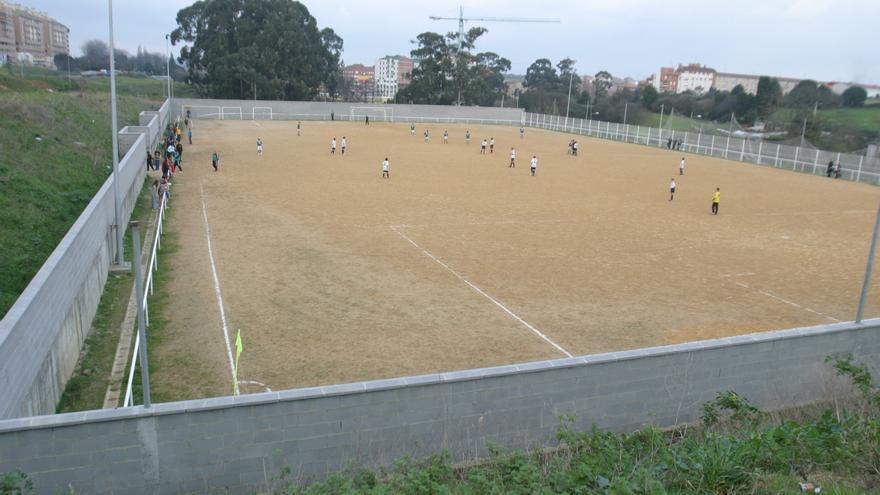 Sale a licitación la instalación de césped artificial en el campo de fútbol de La Luz