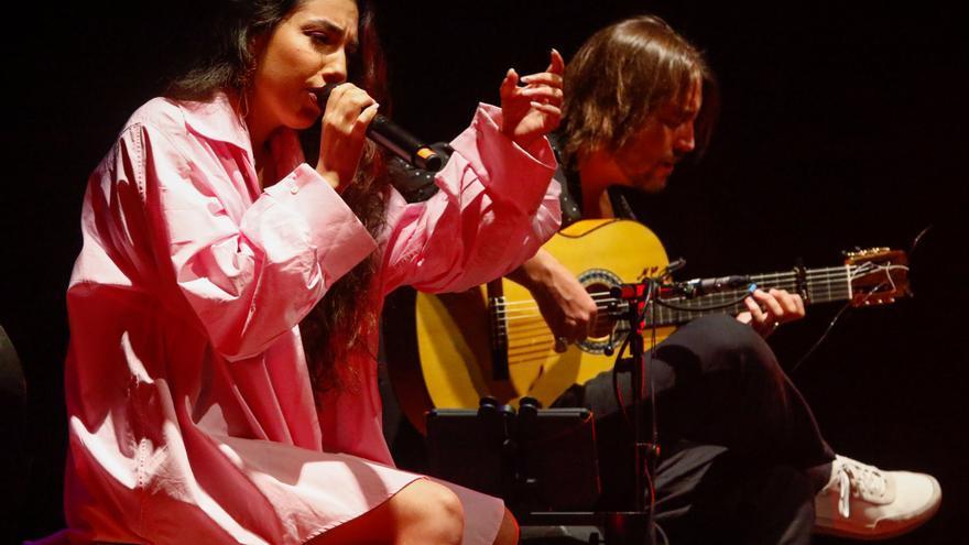 El flamenco de vanguardia de María José Llergo se gana a Vilagarcía