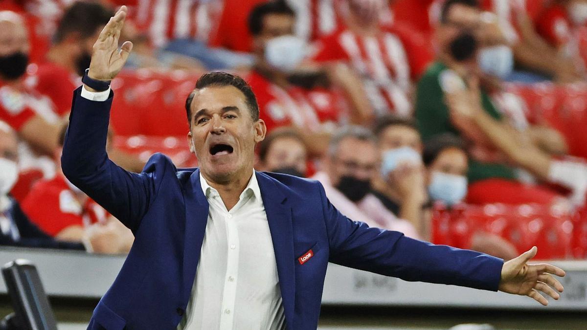 Luis García se queja durante el partido ante elAthletic de Bilbao.