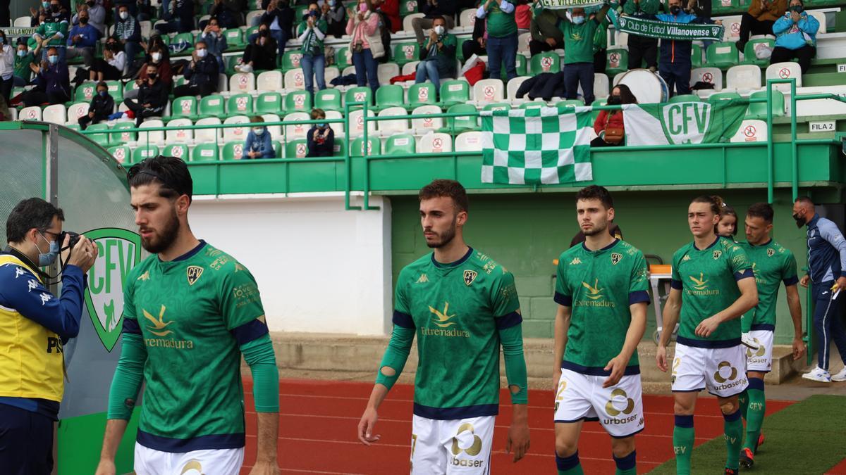 Jugadores del Villanovense se dirigen al terreno de juego.