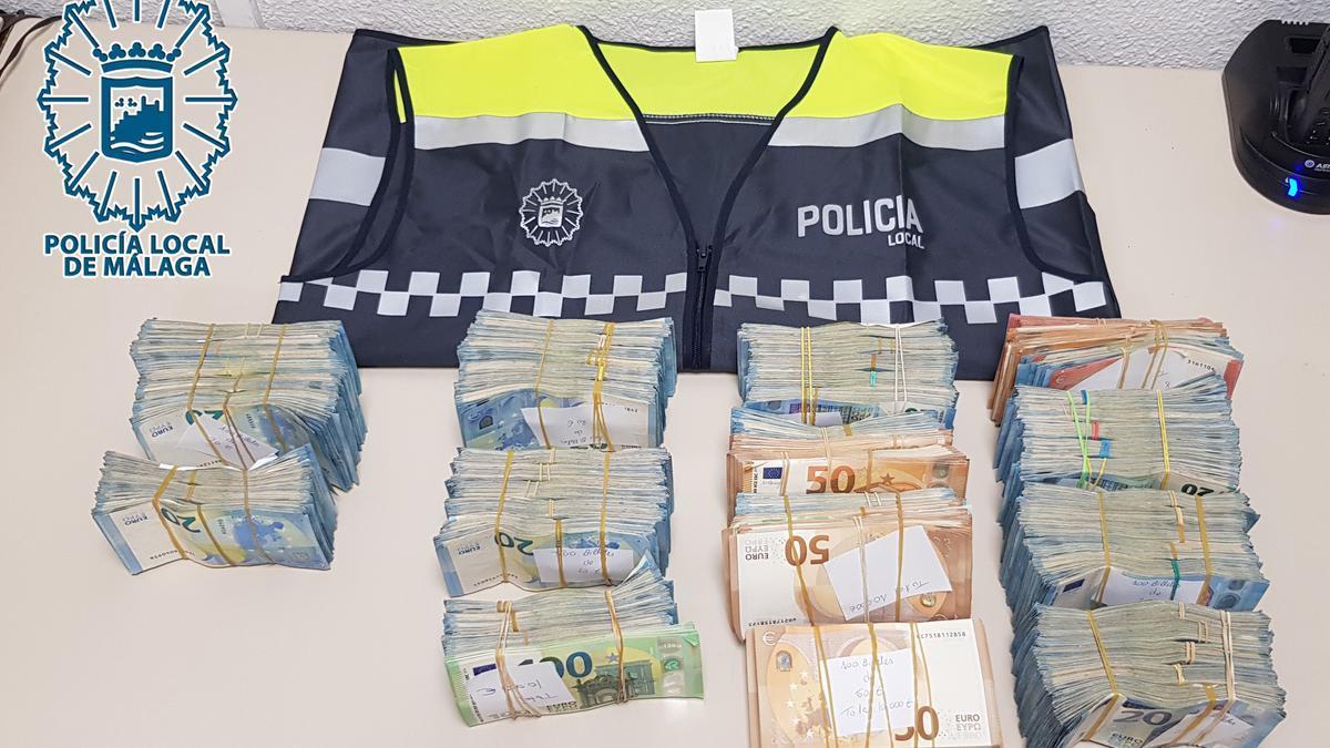 Dinero intervenido por la Policía Local de Málaga en el doble fondo del asiento trasero de un coche