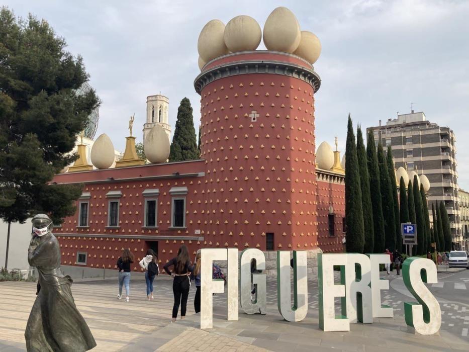 Òmnium guarneix els monuments catalans amb mascare