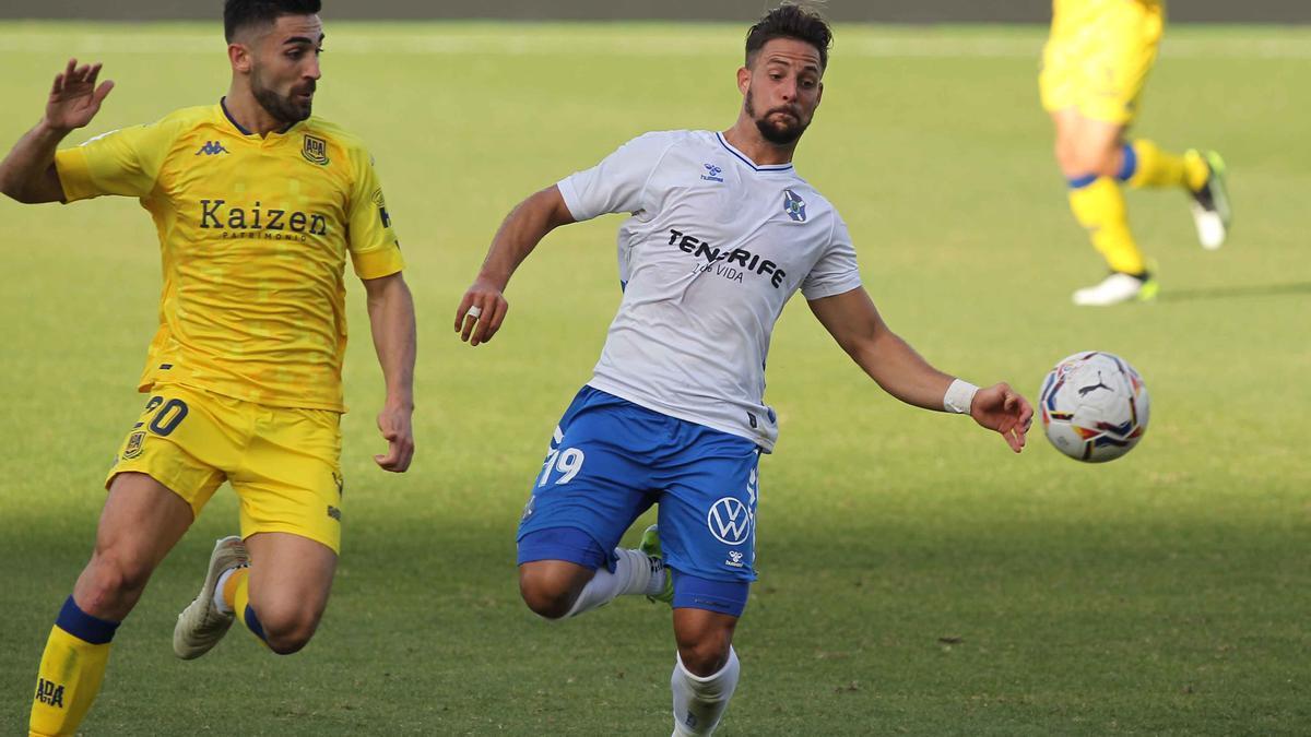 Fran Sol disputa el balón con José León.