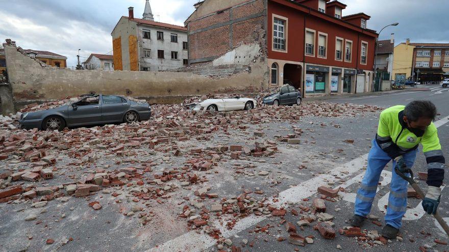 El derrumbe de las ruinas de un antiguo cine en Avilés destroza varios coches