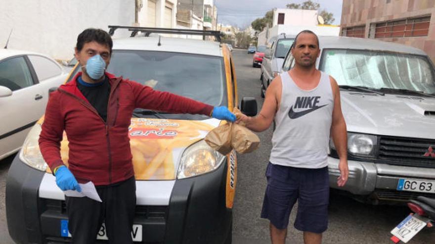 Ca' Mario cambia las hamburguesas por el reparto de menús solidarios a familias