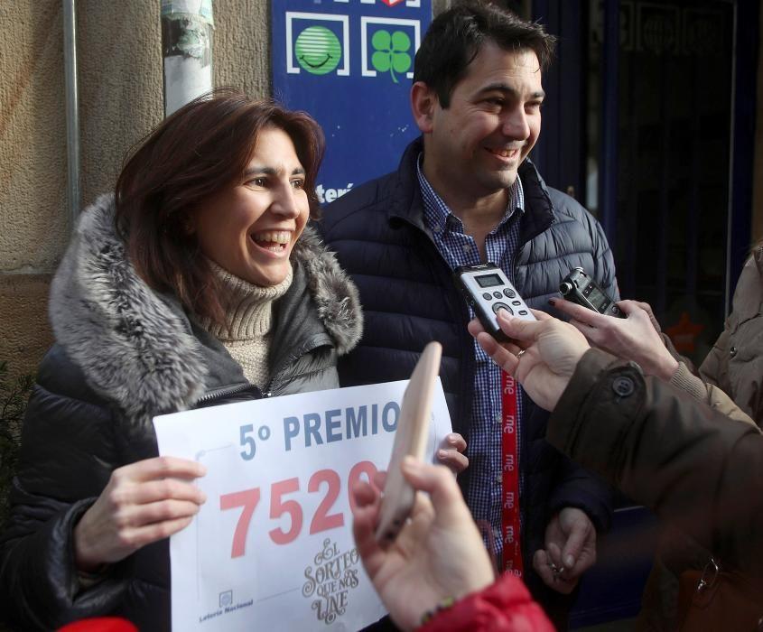 Carlos y Sara, propietarios de la administración de Lotería situada en la calle de El Collado de Soria, celebran haber vendido íntegramente el 75206, el primer quinto premio.