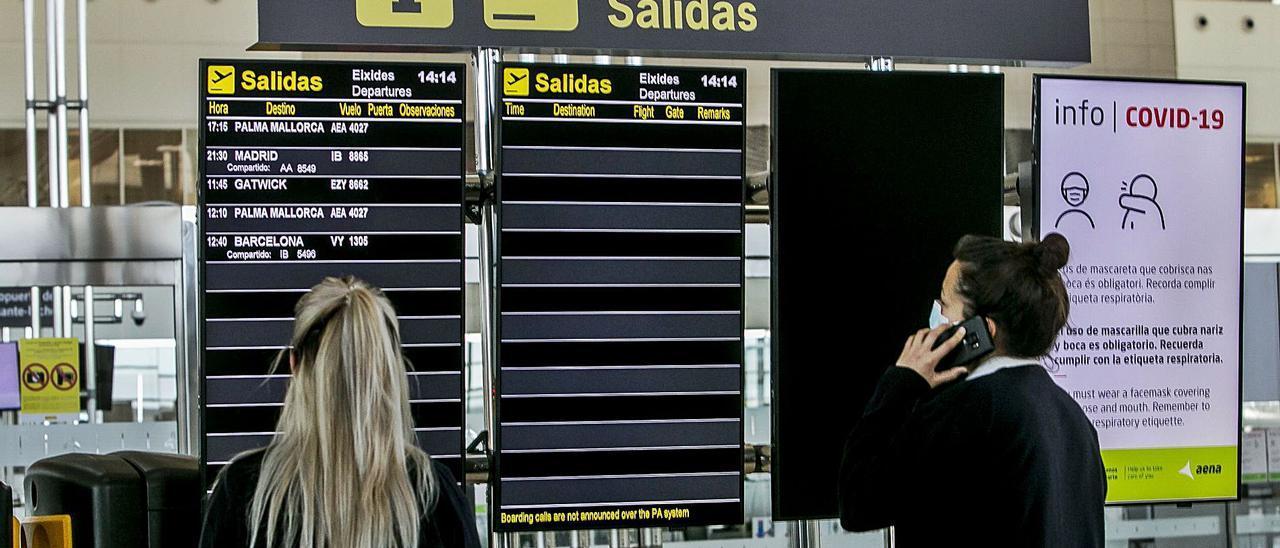 Una pasajera camina ayer por la desolada terminal del aeropuerto donde solo hubo 3 vuelos. | HÉCTOR FUENTES