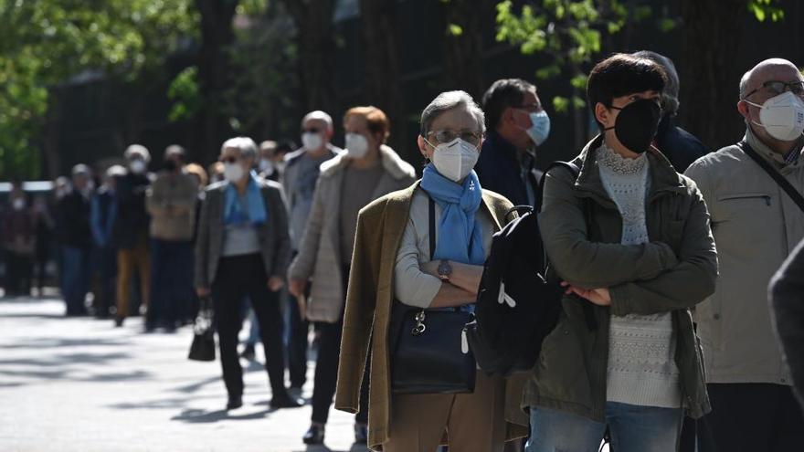 Llargues cues per votar a alguns col·legis electorals a Madrid