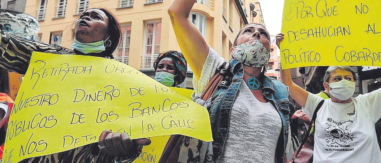 Protesta en contra de los desahucios ante el edificio del Parlamento de Canarias.