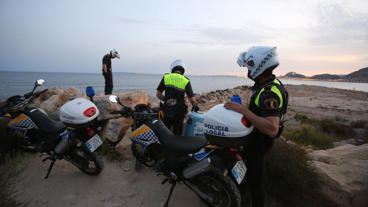 Agentes de la Policía Local de Alicante buscando a jóvenes de botellón en las calas, este verano.