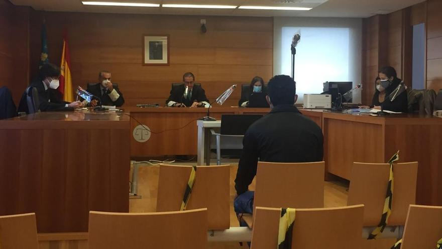Imagen del procesado, sentado ayer en el banquillo de los acusados de la Audiencia Provincial
