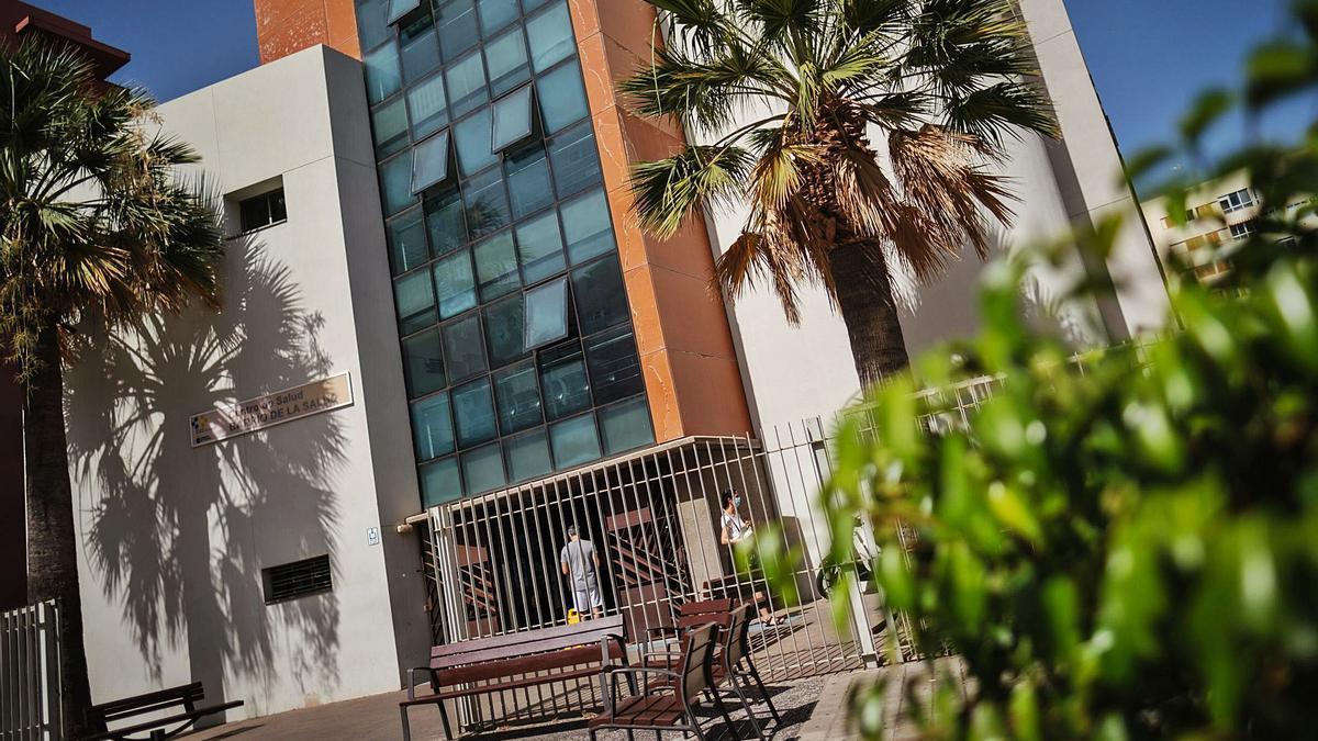 Vista exterior del centro de salud de la Avenida de Venezuela, que atiende a parte de la población del distrito La Salud.