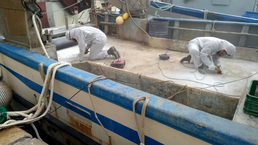 Alumnos de Creama Dénia ayudan a poner a punto los pesqueros