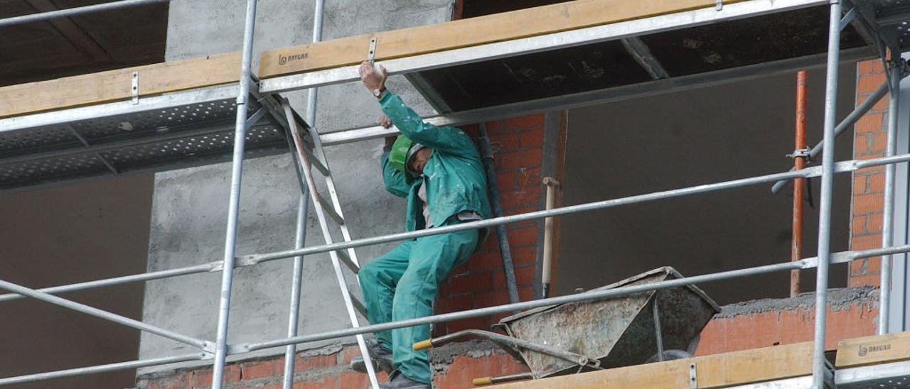 Un albañil trabajando en la construcción de una casa.
