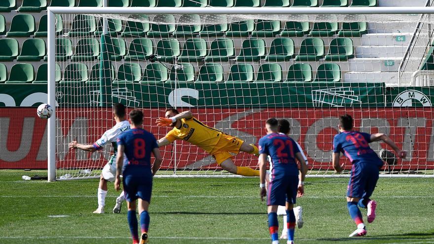 Llorente y un poste protegen el liderato del Atlético ante el Elche