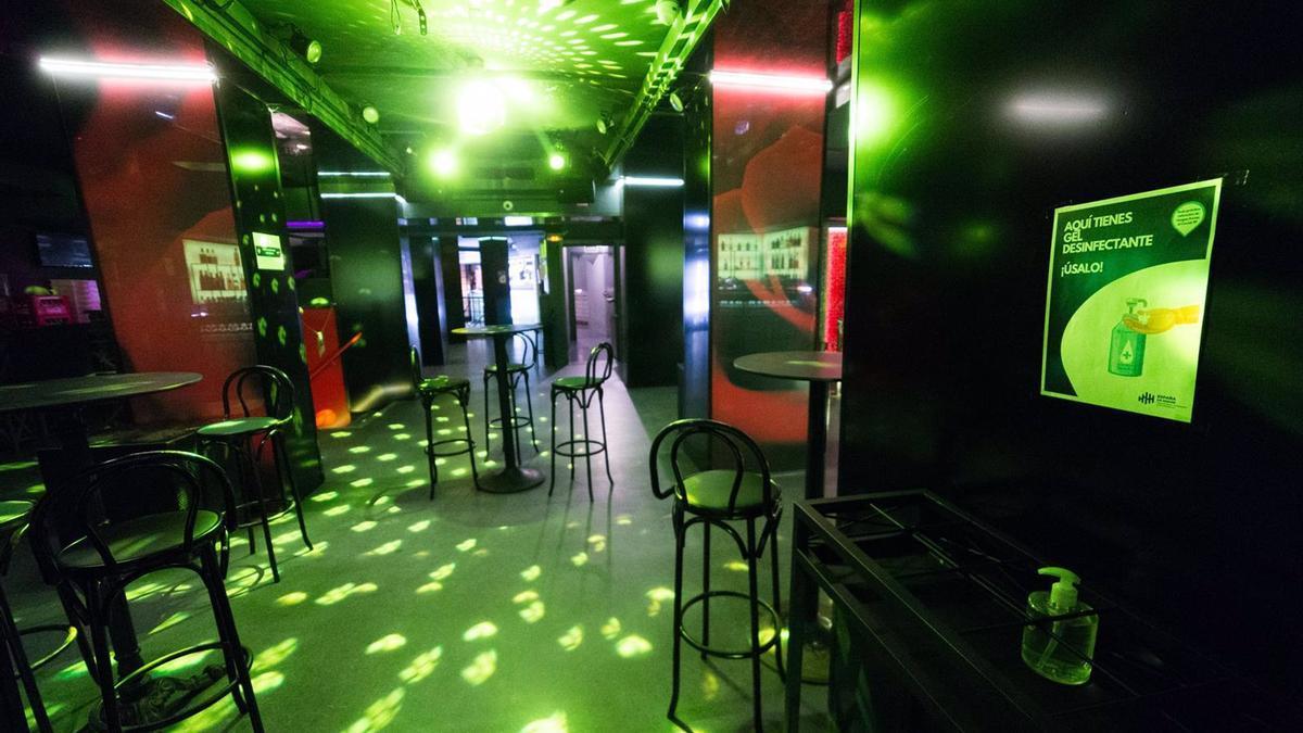 Sillas en la pista de baile de una discoteca de Madrid.