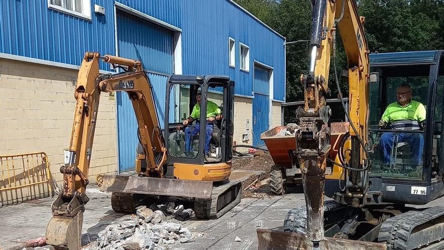 Parres inicia la renovación de la traída de aguas del polígono de Arriondas
