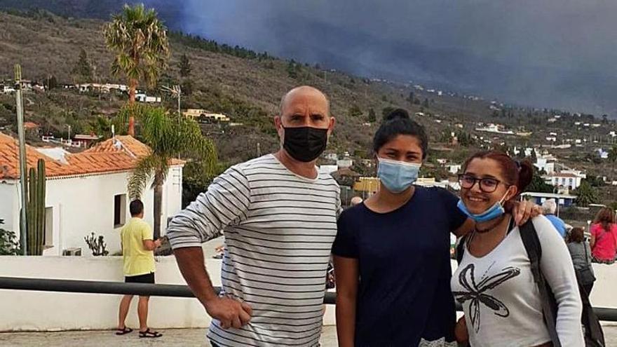 """""""Lo peor es no saber cuándo volveremos a casa"""", dicen dos asturianos evacuados en La Palma"""