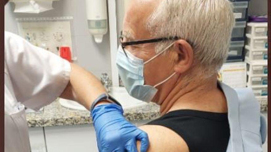 Vacunan a Ribó tras quejarse en Twitter de que no lo habían llamado