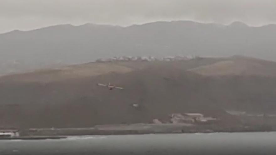El hidroavión de la UME sobrevuela Las Canteras en su entrenamiento