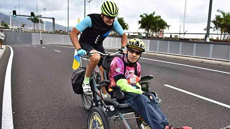 Andrés, un tinerfeño que derriba todas las barreras a golpe de pedal
