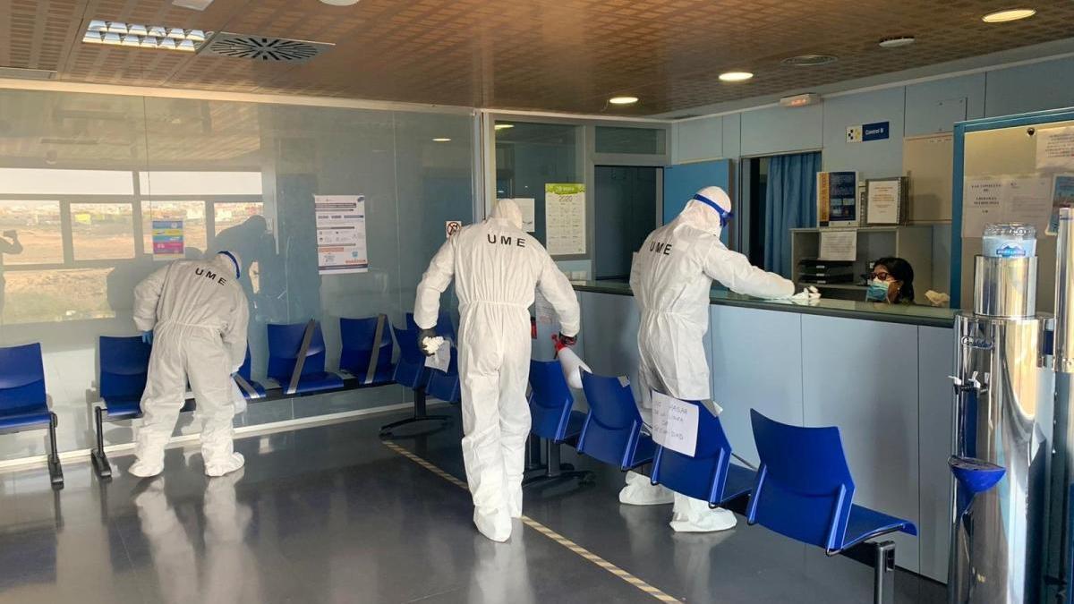 Personal de la UME desinfectando zonas hospitalarias