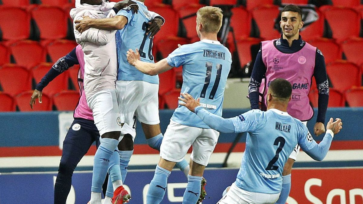 Los jugadores del City celebran el gol de Mahrez. |  // YOAN VALAT