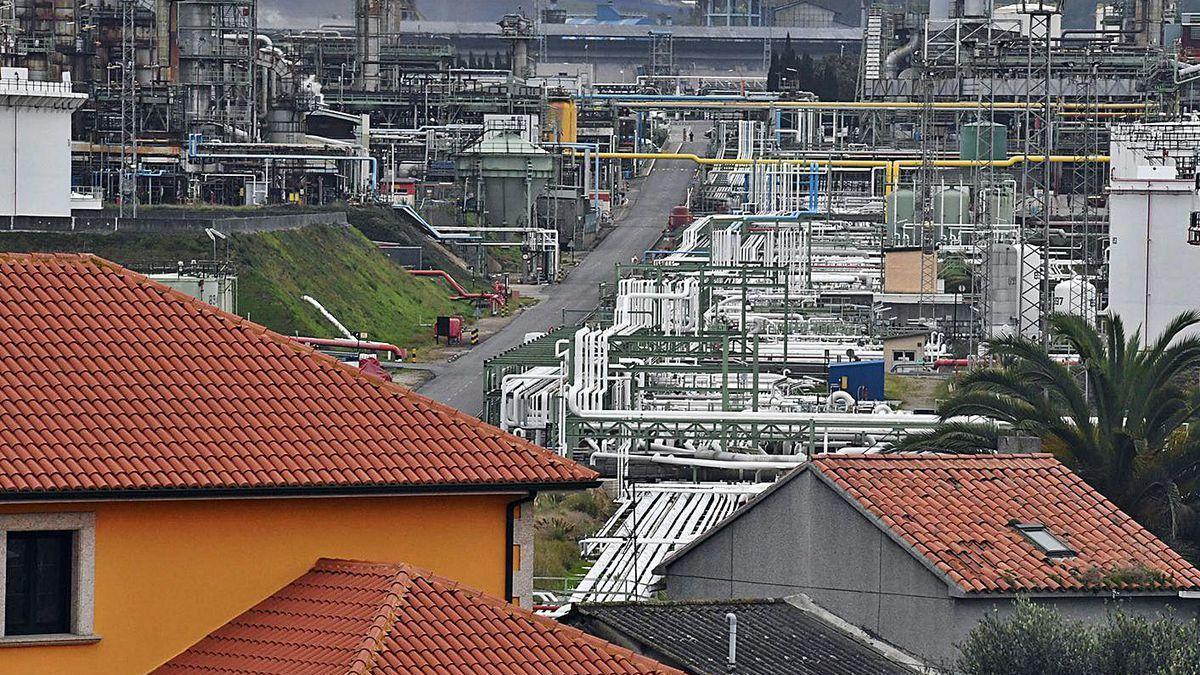 Parte de las instalaciones de la refinería, con viviendas de Bens en primer término.