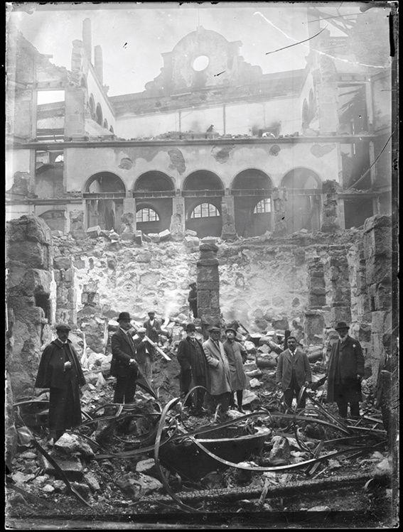 Teatro Rosalía de Castro tras el incendio de 1910.