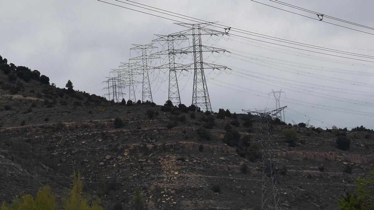 Imágenes de varias torres eléctricas en las inmediaciones de la subestación de Fraiximeno, en Morella.