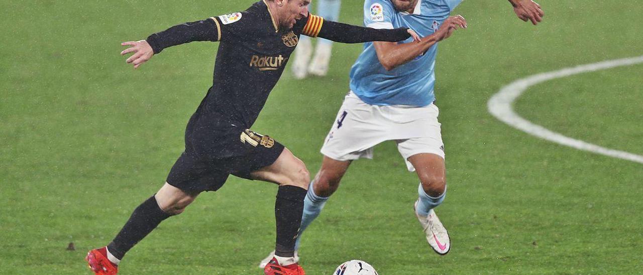 Leo Messi conduce la pelota perseguido por Néstor Araújo durante el choque disputado anoche en Balaídos. // Ricardo Grobas