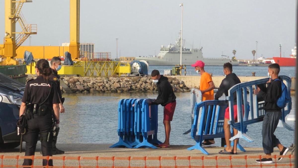 Cuatro tienen coronavirus Salud confirmaba ayer que ya son cuatro las personas llegadas en barcaza con el virus