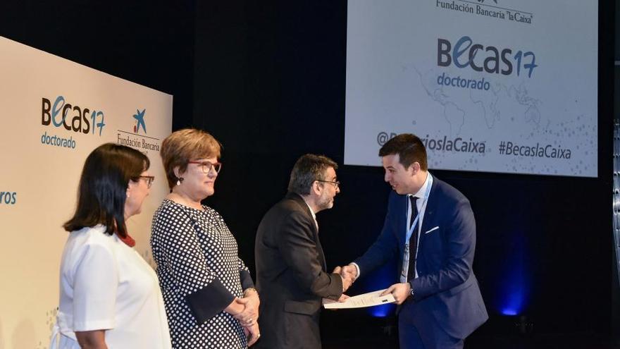 Cuatro universitarios valencianos reciben una beca 'la Caixa' para un doctorado