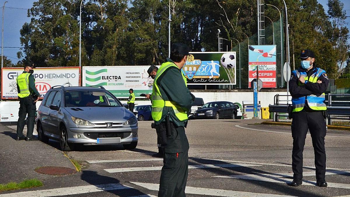 Guardia Civil y Policía Local en uno de los rigurosos controles que se realizan en la localidad. |   // D.P.