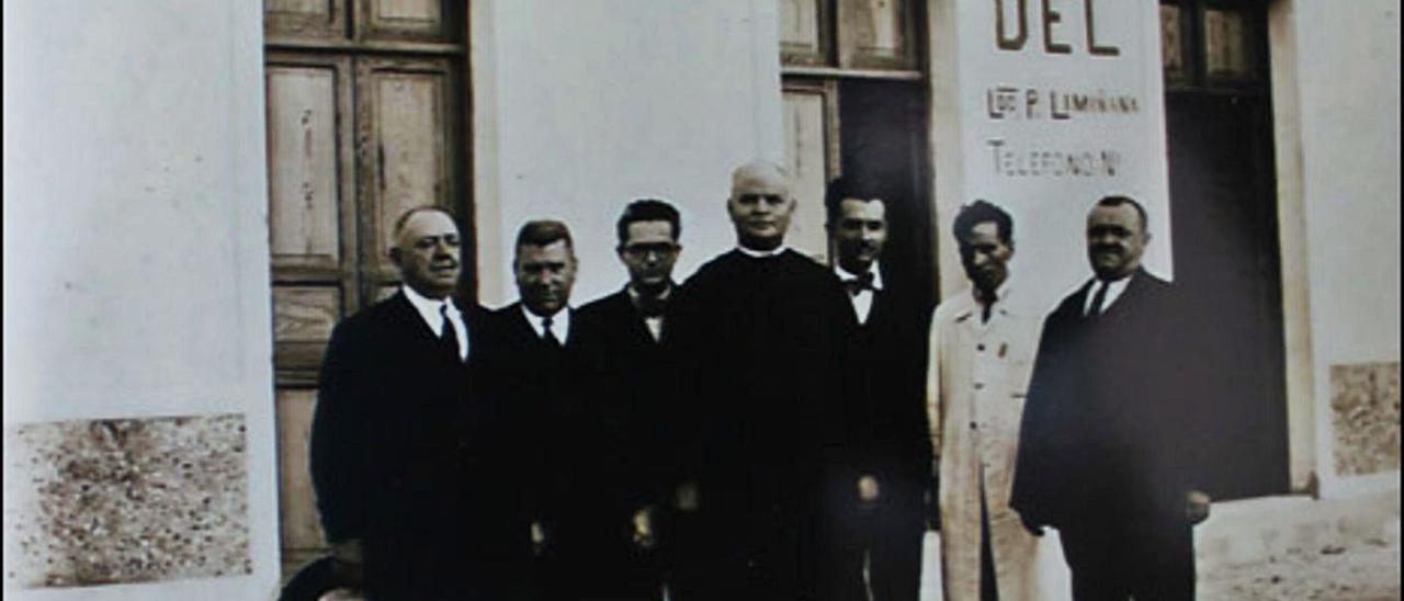 La primera farmacia de Pedro Limiñana Ló́pez, flanqueado por su padre Antonio y su tio Miguel Limiñana Miralles.     LP/DLP