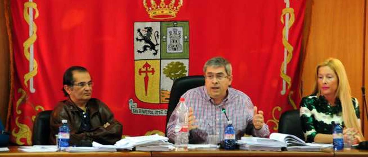 El alcalde, Marco Aurelio Pérez, (centro), ayer en sesión plenaria.