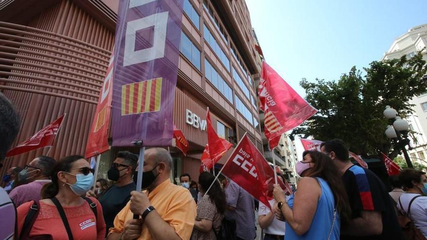 Decenas de trabajadores del BBVA se concentran frente a la oficina de la Rambla para protestar por el ERE
