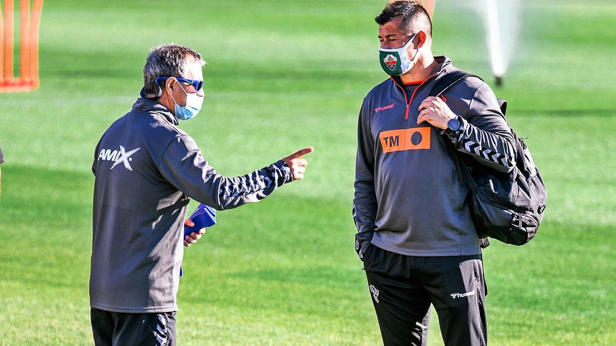 El técnico del Elche, Jorge Almirón, junto al preparador físico «El Profe» Diego Osses, ayer antes de iniciar el entrenamiento.