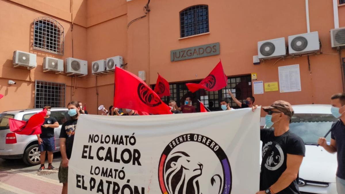 Protesta de sindicalistas a las puertas de los juzgados de Lorca.