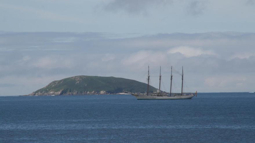 El buque escuela Elcano se acerca a Ons