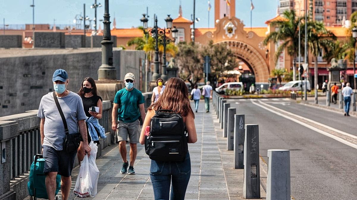 Varias personas pasean por Santa Cruz de Tenerife.
