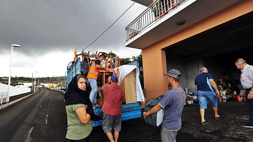 La trajectòria de la colada del volcà obliga a evacuar 800 persones
