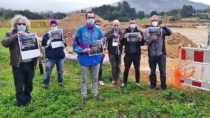 Vecinos se concentran para reclamar que se paralice la obra de la gasolinera en Ledoño
