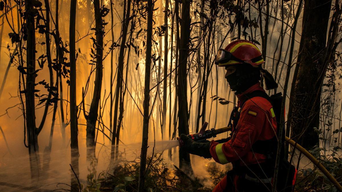 Un efectivo de la UME trata de apagar las llamas