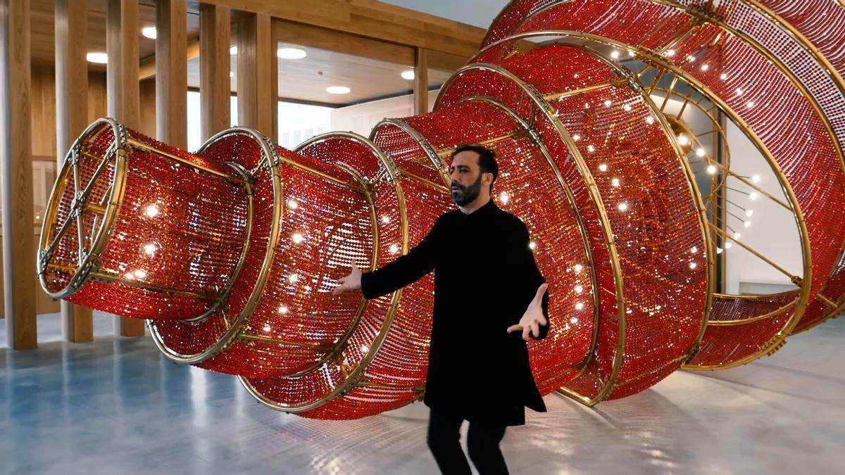 Jesús Ortega baila delante de una obra creada por Ai Wei Wei.