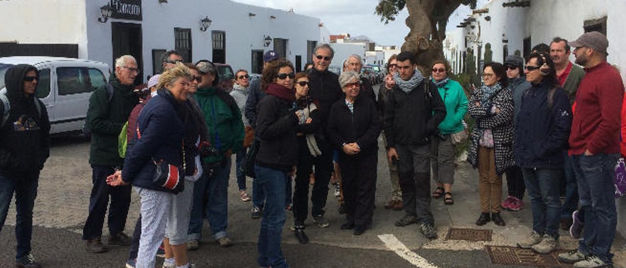 La guía Inés Goméz (en primera fila con pañuelo morado al cuello), ayer, junto al grupo en Teguise.