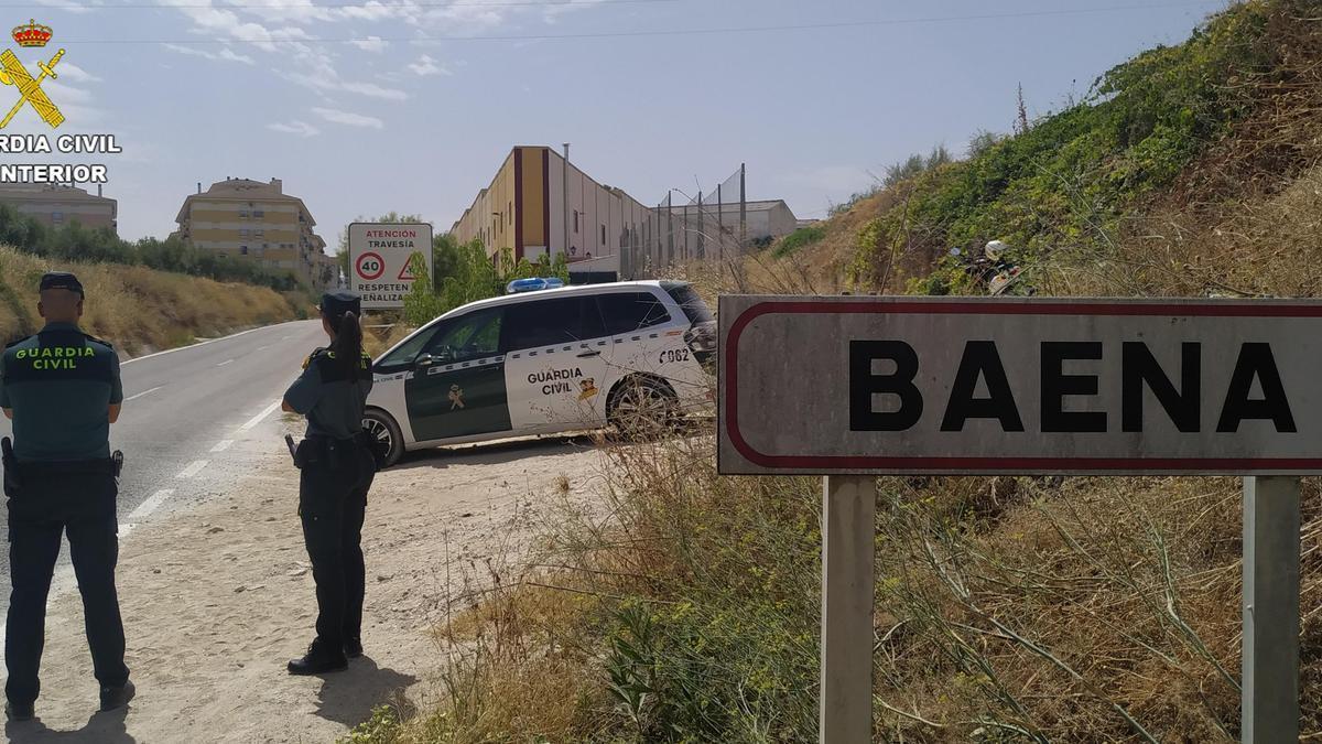 Dos agentes de la Guardia Civil, a la entrada del casco urbano de Baena.